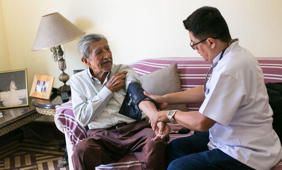 El programa médico en tu casa también considera capacitar al cuidador del paciente en temas de salud para que pueda atender mucho mejor a la persona de la tercera edad a su cargo.