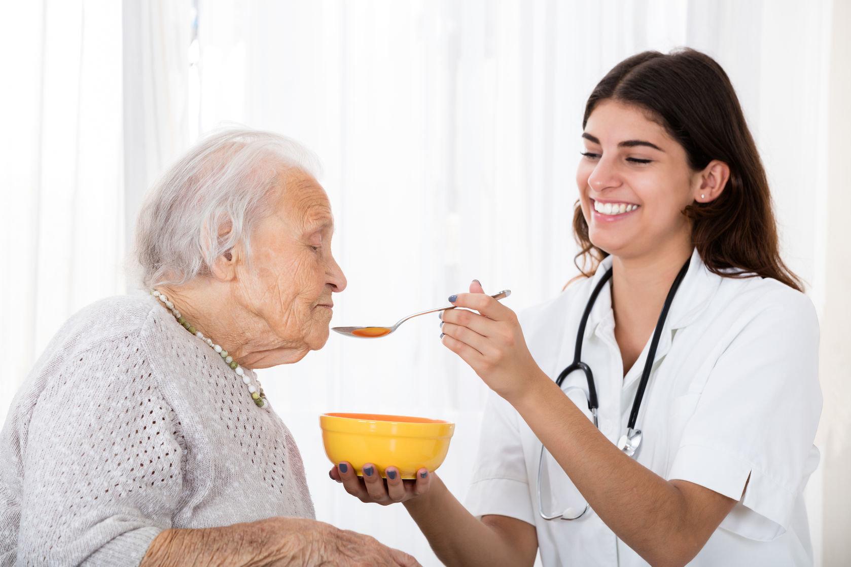 ¿Qué cuidados necesita un adulto mayor sano?