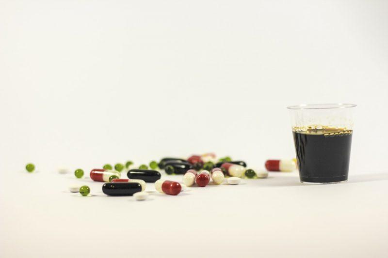 vitaminas en jarabe y tabletas para la vejez