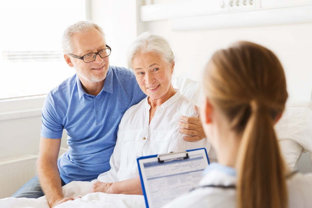 Dos adultos mayores recibiendo consulta de Gerontología