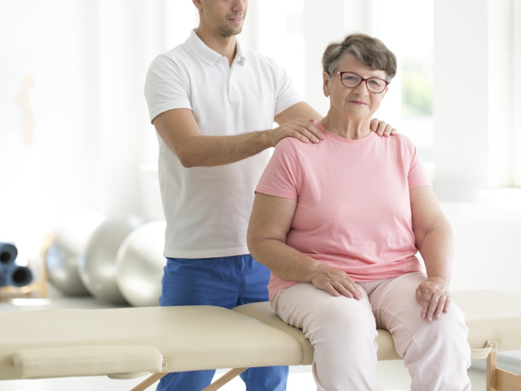 Osteopata realizando procedimiento
