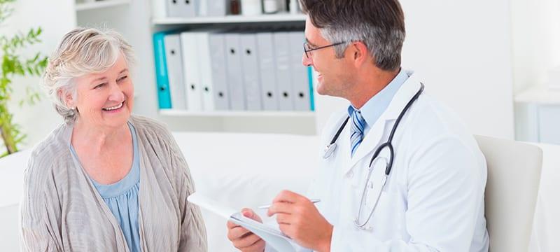 Médico especialista en Geriatría dando consulta