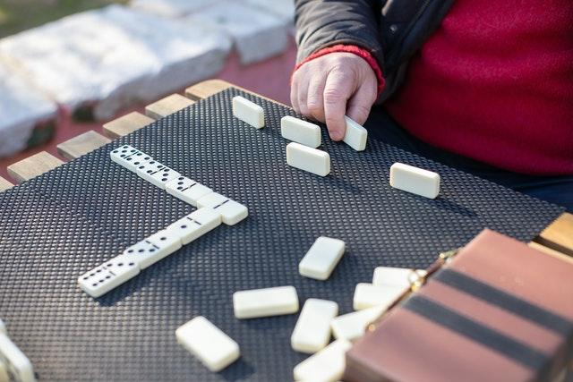 Juegos de Mesa para Adultos Mayores Domino