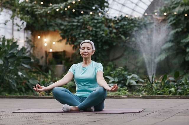 Posición sentado de yoga para adultos mayores